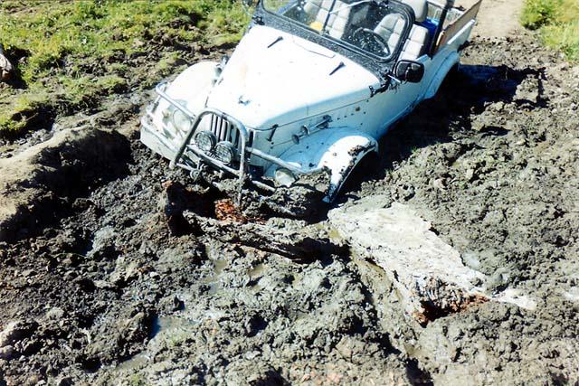 Отсюда меня смог вытащить только трактор Беларусь, который в свою очередь тянула Delica, иначе нос тратора взмывал в воздух.
